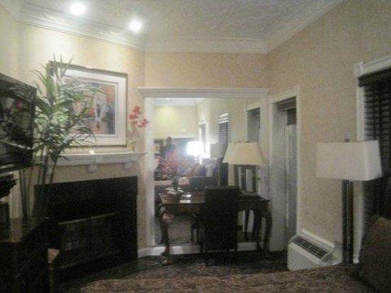 Chateau Inn & Suites: sitting area