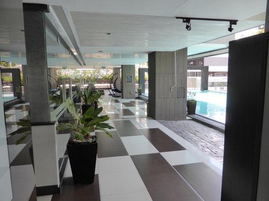 Golden Tulip Mandison Suites: Reception and pool area
