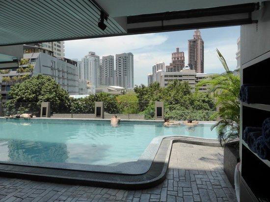 Golden Tulip Mandison Suites: Pool area