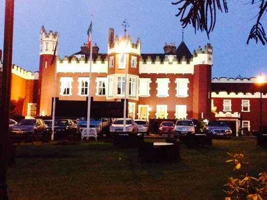 Fitzpatrick Castle Hotel Dublin: View from entry drive