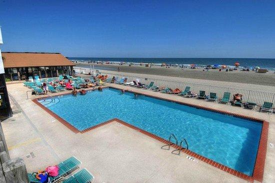 Sands Ocean Club Resort : Ocean front pool