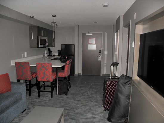 Holiday Inn Express Hotel & Suites Riverport: sitting room & kitchen