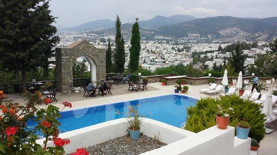 Hotel Manastir: Cidade vista da área das piscinas