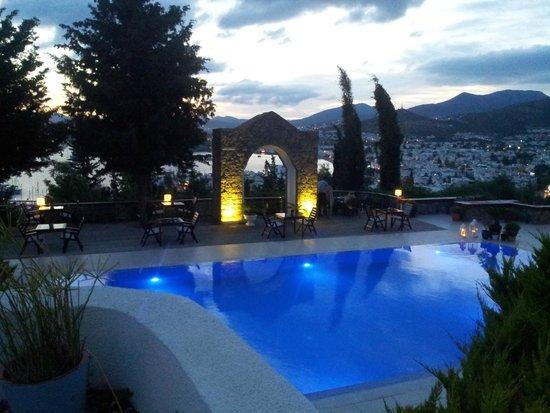 Hotel Manastir: Vista noturna da Piscina e cidade.