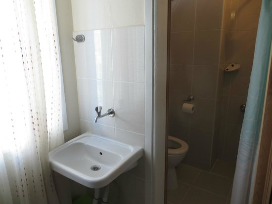 Vardar Family Pension : Lavabo dentro del dormitorio