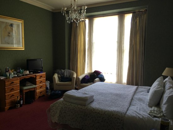 Dolafon Guest House: Lovely big bright room, bed so comfortable.