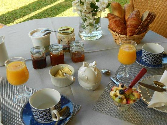 LE MAS DE FRAYERE : petit dejeuner sur la terrasse