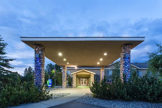 Holiday Inn Express Anchorage : Stay warm and dry while loading and unloading your luggage