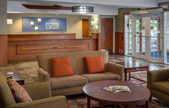 Holiday Inn Express Anchorage : Lobby Area