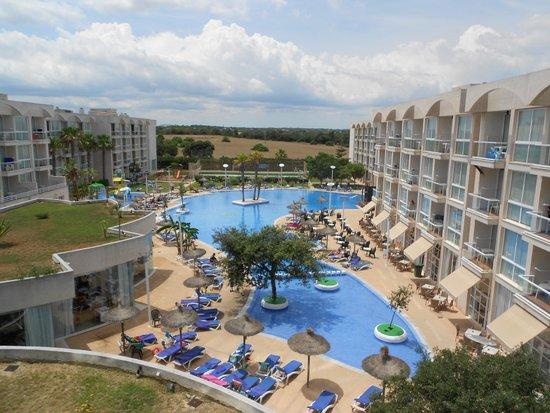 Eix Alzinar Mar Suites - Adults Only: Pool vom Zimmer aus gesehen