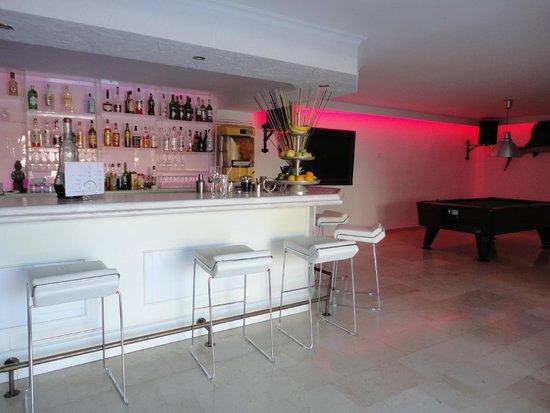Hotel Bon Repos: trendy bar area