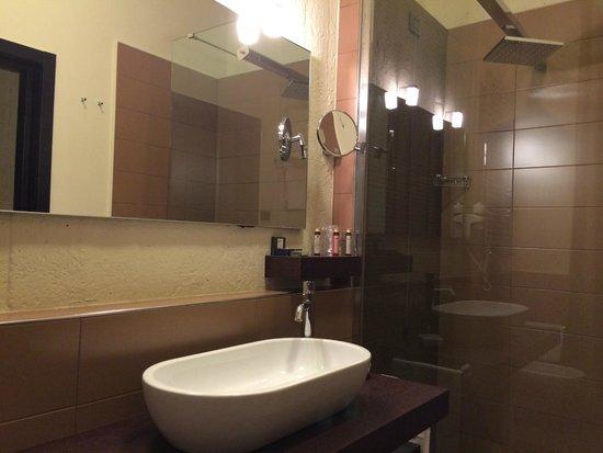 EKK Hotel: ottima architettura del bagno