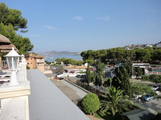Hotel Bon Repos: view from the balcony/pool area to the beach