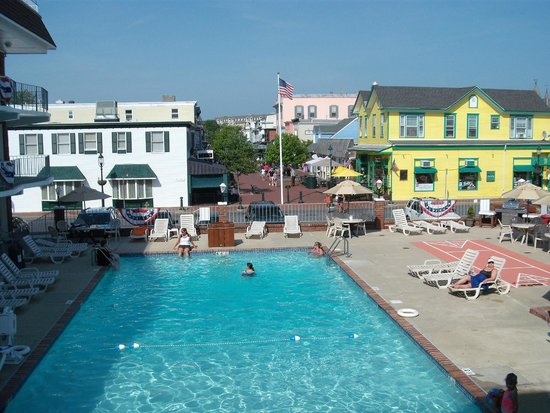 Victorian Motel: View of Pool and Washington St. Mall