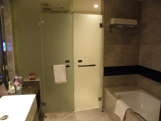Crowne Plaza Hong Kong Kowloon East: bathroom