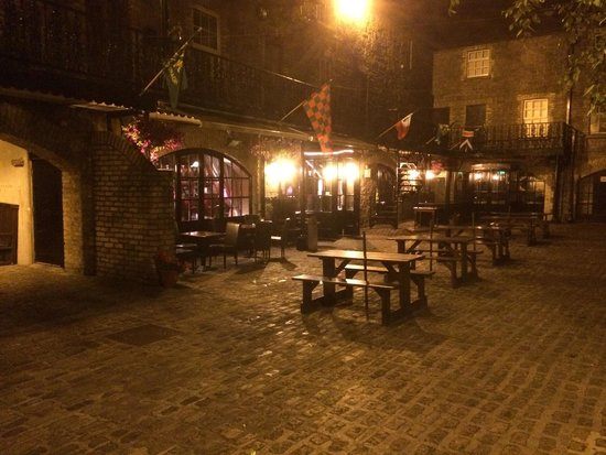 Dillons Bar & Restaurant: Courtyard By Night.