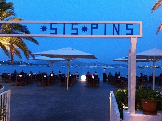 Sis Pins: beach terrace in the evening set up for drinks
