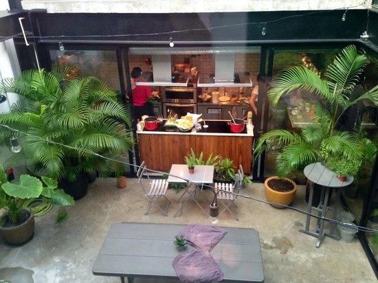 La cocina desde el patio tropical picture of atelier for Cocinas con vista al patio