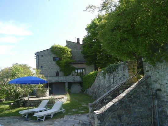 Tenuta di Ricavo: Vista del Hotel desde la zona de piscina