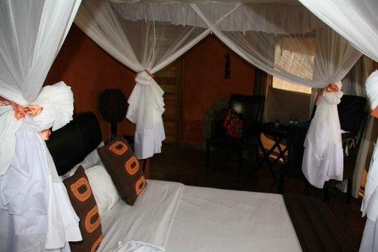 Rift Valley Photographic Lodge: Moskitonetz im Schlafzimmer