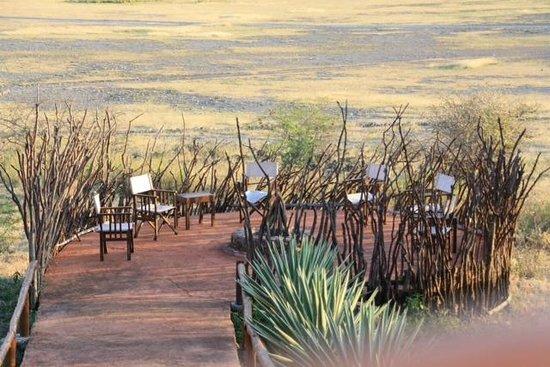 Rift Valley Photographic Lodge: Außengelände mit Feuerstelle