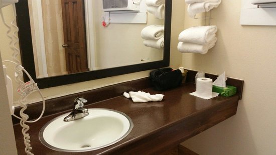 Country Town N' Suites: Bathroom sink.
