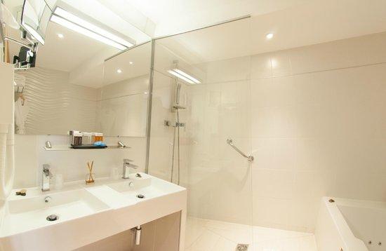 Montaigne Hotel & Spa: Salle de bain d'une chambre quadruple