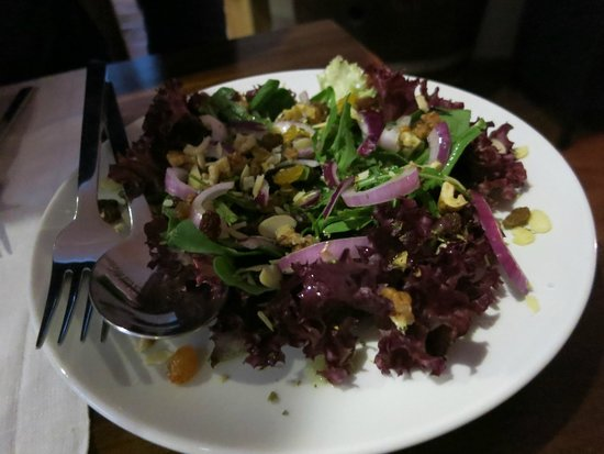 Reserva Bar : Salad with walnuts and fruits