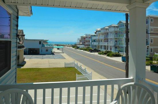 Mark I Motel: Beach House Sundeck View