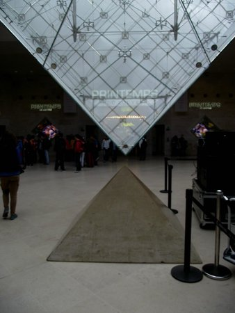Musee du Louvre: Pirâmide invertida no subsolo do Louvre.
