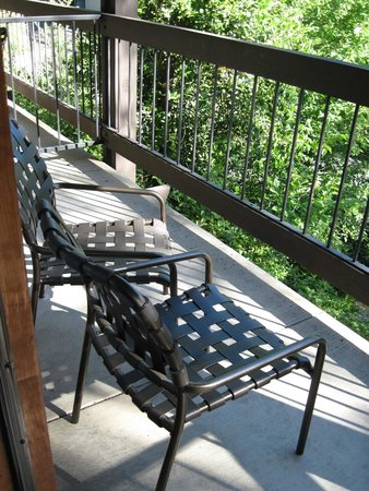 Best Western Plus Yosemite Gateway Inn : Two chairs and a table