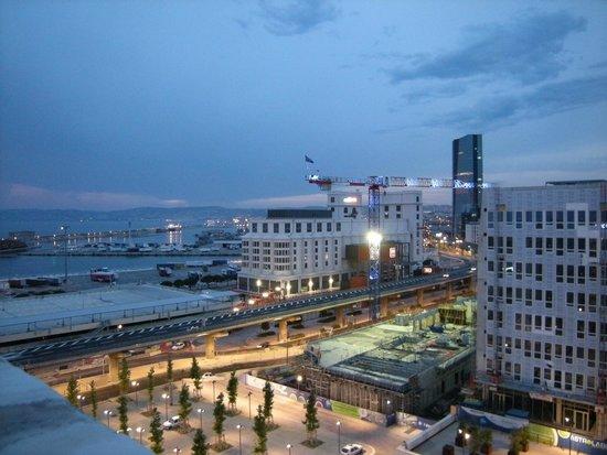Novotel Suites Marseille Centre Euromed : Le soir de la terrasse