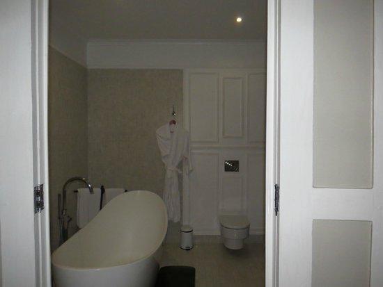 The Bay Leaf Boutique Hotel: Regency Suite Bathroom