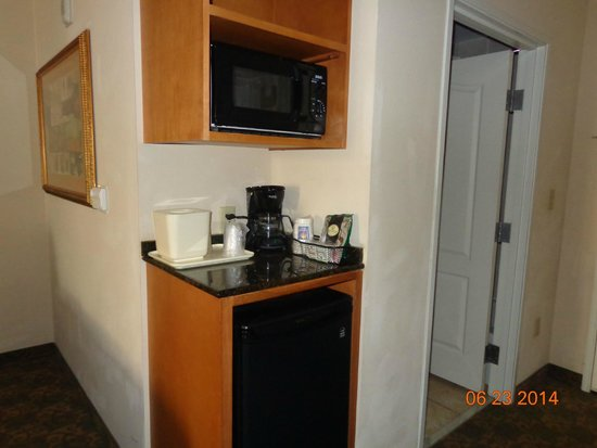 Comfort Inn & Suites Tifton: fridge/MW area