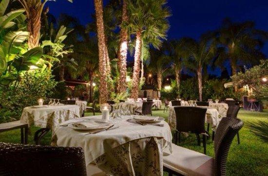 Hotel Villamare: Our beautiful garden restaurant