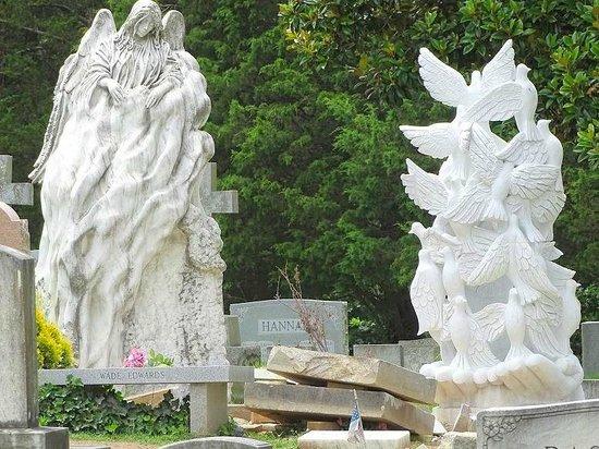 Historic Oakwood Cemetery : sculptures