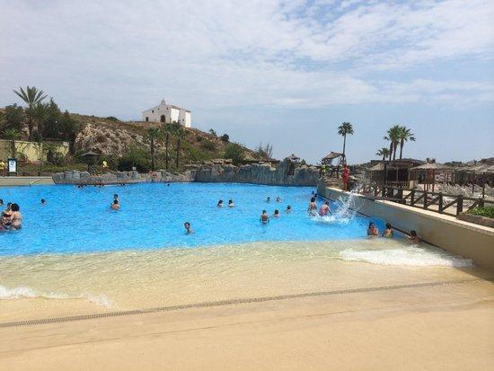 Preciosa la piscina de olas picture of aquopolis cullera for Piscina villanueva de la canada