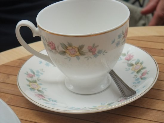 Mademoiselle Plume: Drinking your tea in a pretty china cup