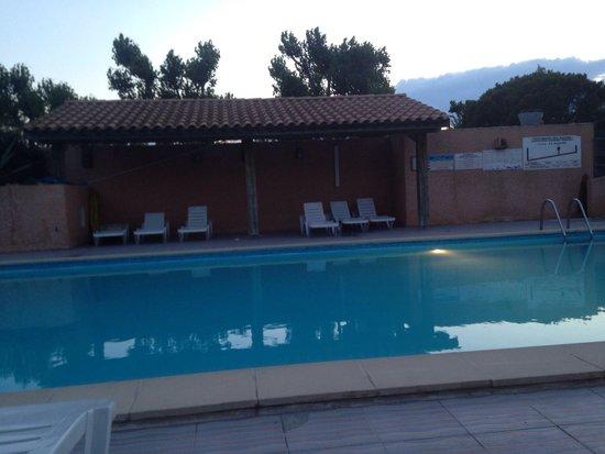 Camping La Marine: La piscine chauffée prise en début de soirée :)