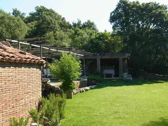 Domaine de Murtoli : le jardin avec piscine chauffée et cuisine d'été