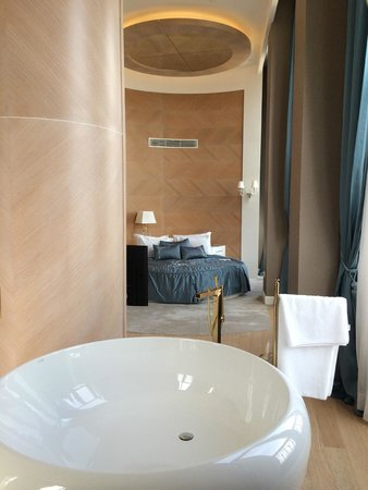 CVK Park Bosphorus Hotel Istanbul: A tub for 2 in the middle of the room.