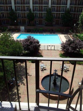 Sheraton Music City Hotel: Balcony overlooking courtyard and pool