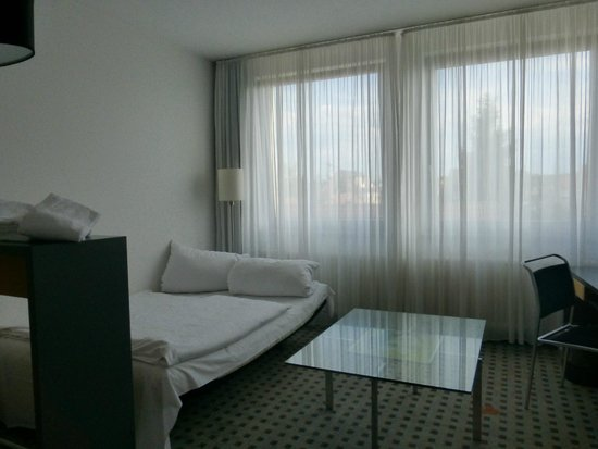 BEST WESTERN Hotel Am Europaplatz: Living area with pull out couch for my kids