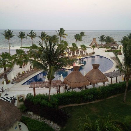Dreams Riviera Cancun Resort & Spa : View from room over pool area