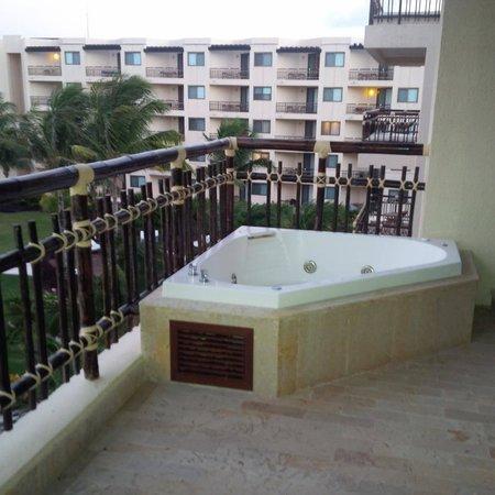 Dreams Riviera Cancun Resort & Spa : Amazing jacquizzi on balcony