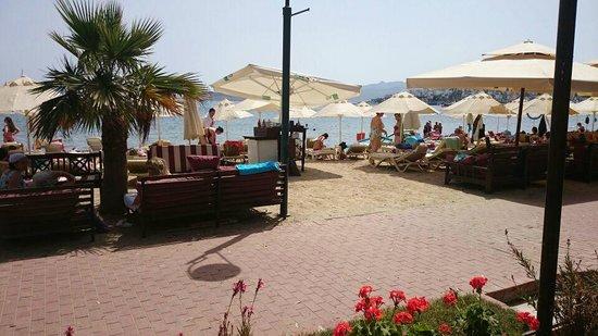 Manuela Hotel: Restoran çıkışı sahil girişi
