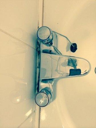 Hotel Isaacs Cork : Filthy Bathroom