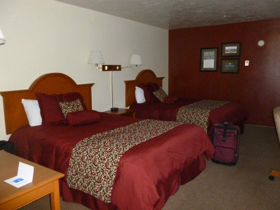 Clover Creek Inn : Comfy bed under that nice decor