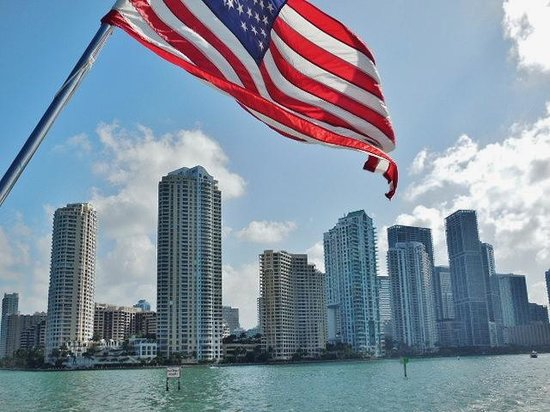 Courtyard Cadillac Miami Beach/Oceanfront: Love our flag and Miami!!