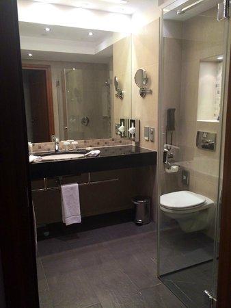 Hilton Gdansk: Großzügiges Badezimmer